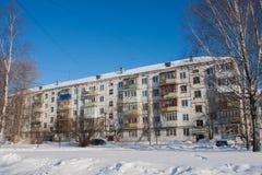 PERMANENT, RUSLAND, 06 Februari, 2016: De winterlandschap met een vijf-verhaal huis Stock Afbeeldingen