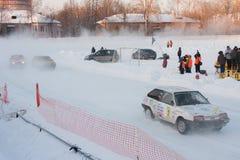 PERMANENT, RUSLAND, 17 JANUARI 2016 Autorennen bij het stadion Stock Foto's