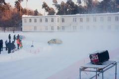 PERMANENT, RUSLAND, 17 JANUARI 2016 Autorennen bij het stadion Stock Afbeeldingen