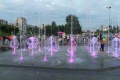 PERMANENT, RUSLAND - 29 JULI, 2017: De mensen lopen dichtbij droge fontein Stock Foto's