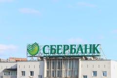 PERMANENT, RUSLAND - 29 JULI, 2017: Embleem van Sberbank op dak Stock Afbeelding