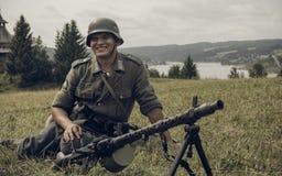 PERMANENT, RUSLAND - JULI 30, 2016: Het historische weer invoeren van Wereldoorlog II, de zomer van, 1942 Duitse militair met mac Stock Fotografie