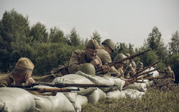 PERMANENT, RUSLAND - JULI 30, 2016: Het historische weer invoeren van Wereldoorlog II, de zomer van, 1942 Sovjet militairen Stock Fotografie