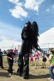 PERMANENT, RUSLAND - JUN 15, 2013: Zwarte engel op stelten en kinderen Stock Fotografie