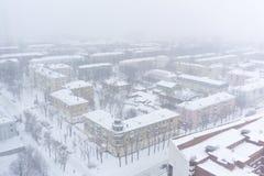 PERMANENT, RUSLAND - MAART 02, 2018: stedelijk gebied tijdens een sneeuwval stock afbeelding