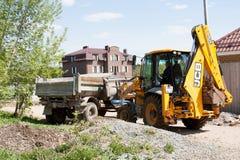 PERMANENT, RUSLAND, 24 MEI 2013: bouwtechniekvrachtwagen en macht-schop Royalty-vrije Stock Afbeeldingen