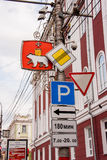 Permanent, Rusland - Mei 09 2016: Verkeersteken en de wapens van stad Royalty-vrije Stock Afbeeldingen
