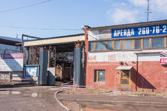 Permanent Ryssland - April 16 2016: Öppen port på territoriumgrund Arkivfoton
