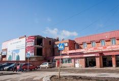 Permanent Ryssland - April 16 2016: Bilen shoppar och servar reparation Royaltyfri Foto