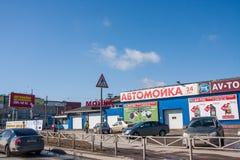 Permanent Ryssland - April 16 2016: Bilen shoppar på försäljning av reservdel p Arkivfoton