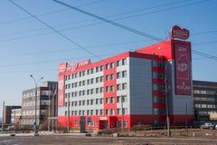 Permanent Ryssland - April 16 2016: Byggnad av konfektfabriken royaltyfria foton