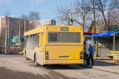 Permanent Ryssland - April 16,2016: Folket kommer in i bussen Arkivbilder