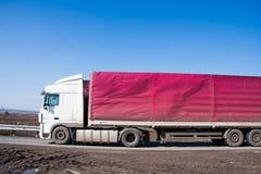 Permanent Ryssland - April 16 2016: Supersize bilen går på vägen Arkivfoto