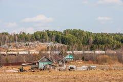 Permanent Ryssland - April 16 2016: Trähus nära järnvägen Fotografering för Bildbyråer