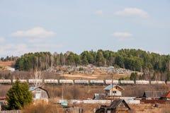 Permanent Ryssland - April 16 2016: Trähus nära järnvägen Arkivbilder