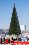 Permanent Ryssland - Januari 28 2017: Shoppinggallerior runt om julgranen Royaltyfri Foto