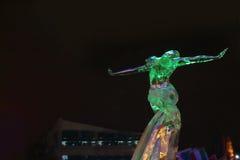 PERMANENT RYSSLAND - JANUARI 11, 2014: Skulpturkvinna i isstad Arkivfoto