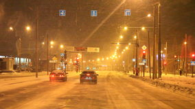Permanent Ryssland - Januari 29 2017: Trafik på stadsgator stock video