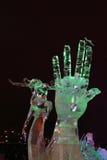 PERMANENT RYSSLAND - JANUARI 11, 2014: Upplyst skulpturhand Fotografering för Bildbyråer