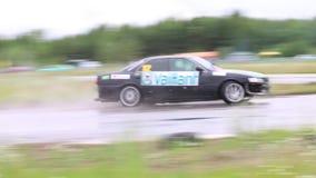 PERMANENT RYSSLAND - JULI 22, 2017: Driva bilen på vått spår på Open Ural mästerskapet driva 2017 stock video