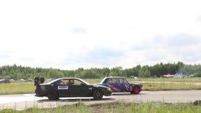 PERMANENT RYSSLAND - JULI 22, 2017: Driva konkurrerar bilar på för den Ural för spåret öppen driva 2017 mästerskapet arkivfilmer