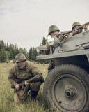 PERMANENT RYSSLAND - JULI 30, 2016: Historisk reenactment av världskrig II, sommar, 1942 Sovjetsoldater med gevär royaltyfri fotografi