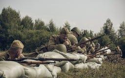 PERMANENT RYSSLAND - JULI 30, 2016: Historisk reenactment av världskrig II, sommar, 1942 tjäna som soldat sovjet arkivbild