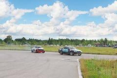 PERMANENT RYSSLAND - JULI 22, 2017: Två driva bilar på spår Royaltyfria Bilder