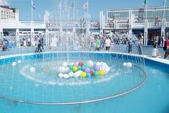 PERMANENT RYSSLAND - JUNI 11, 2013: Rund springbrunn med den kulöra ballongen Arkivfoto