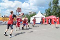 PERMANENT RYSSLAND - JUNI 13, 2013: Ungdombasketturnering Arkivbilder