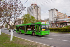 Permanent Ryssland - Maj 09 2016: Bussen går på vägen royaltyfri fotografi