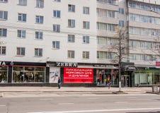 Permanent Ryssland - Maj 09 2016: Shoppar i ett lägenhethus Royaltyfri Bild