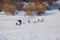 Permanent Ryssland - mars 11 2017: Barn rider en glidbana Arkivbilder