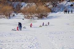 Permanent Ryssland - mars 11 2017: Barn rider en glidbana Arkivfoto