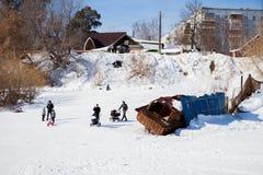 Permanent Ryssland - mars 11 2017: Barn rider en glidbana Royaltyfria Bilder