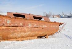 Permanent Ryssland - mars 11 2017: Den rostiga fartygskrovet Royaltyfria Bilder