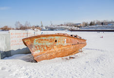 Permanent Ryssland - mars 11 2017: Den rostiga fartygskrovet Arkivbild