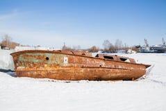 Permanent Ryssland - mars 11 2017: Den rostiga fartygskrovet Arkivbilder