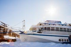 Permanent Ryssland-mars 11 2017: Sänder och rusar på skeppsvarven Arkivfoton