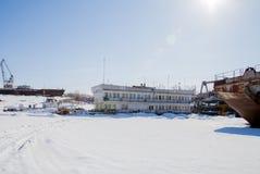 Permanent Ryssland-mars 11 2017: Sänder och rusar på skeppsvarven Royaltyfri Bild