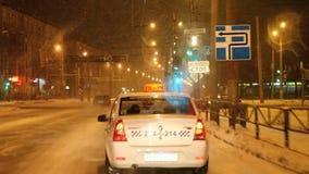 Permanent Ryssland - November 05 2016: Nattlandskap med trafik stock video