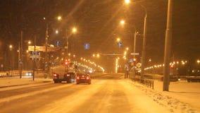 Permanent Ryssland - November 05 2016: Nattlandskap med trafik i gator arkivfilmer