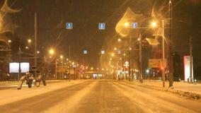 Permanent Ryssland - November 05 2016: Nattlandskap med trafik i gator lager videofilmer