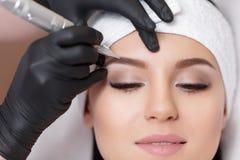 Permanente make-up Het tatoeëren van wenkbrauwen stock foto's
