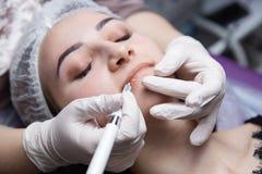 Permanente Make-up voor Wenkbrauwen Microblading brow Schoonheidsspecialist die wenkbrauw doen die voor vrouwelijk gezicht tatoe? royalty-vrije stock afbeeldingen