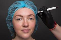 Permanente Make-up voor Wenkbrauwen Microblading brow Schoonheidsspecialist die wenkbrauw doen die voor vrouwelijk gezicht tatoe? royalty-vrije stock afbeelding