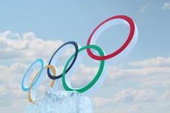 PERMANENTE, RÚSSIA - 6 DE JANEIRO DE 2014: Céu nebuloso e símbolo de Gam olímpico Imagem de Stock Royalty Free