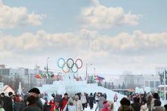 PERMANENTE, RÚSSIA - 6 DE JANEIRO DE 2014: Caminhada dos povos perto do símbolo de olímpico Fotos de Stock