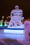 PERMANENTE, RÚSSIA - 11 DE JANEIRO DE 2014: Jogador de hóquei da escultura na noite Fotografia de Stock Royalty Free