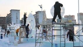 PERMANENTE, RÚSSIA - 18 DE JANEIRO DE 2017: Os artistas fazem esculturas na cidade do gelo, cidade Ekosad 2017 do gelo do permane vídeos de arquivo